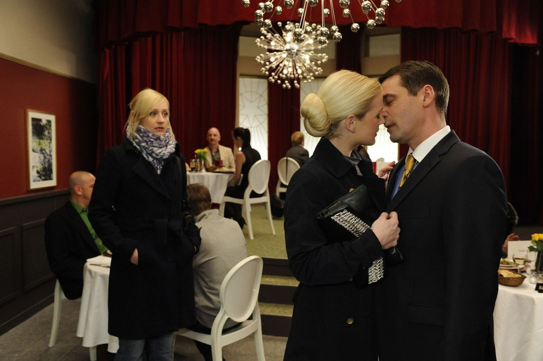 Helena (Kim-Sarah Brandts, M.) gibt Stefan (Ulrich Drewes, r.) einen Vorgeschmack, worauf er sich in ihrer Intriganten-Beziehung noch freuen kann -... - Bildquelle: SAT.1