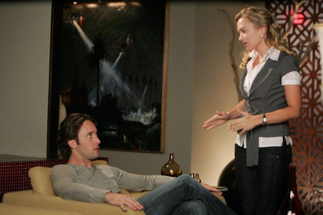 Beth (Sophia Myles, r.) beauftragt Mick (Alex O'Loughlin, l.), einen Dieb zu finden, der die Kamera ihrer neuen Fotografin Morgan gestohlen hat. Bei... - Bildquelle: Warner Brothers