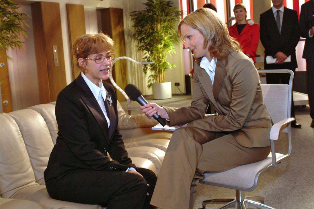 Lisa (Alexandra Neldel, l.) versucht beim TV-Interview gegenüber der Journalistin Karen Stemmler (Cathlen Gawlich, r.) souverän zu wirken. (Dieses... - Bildquelle: Noreen Flynn Sat.1