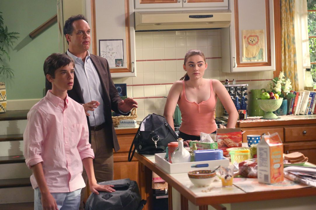 (v.l.n.r.) Oliver (Daniel DiMaggio); Greg (Diedrich Bader); Taylor (Meg Donnelly) - Bildquelle: Michael Ansell 2017 American Broadcasting Companies, Inc. All rights reserved. / Michael Ansell