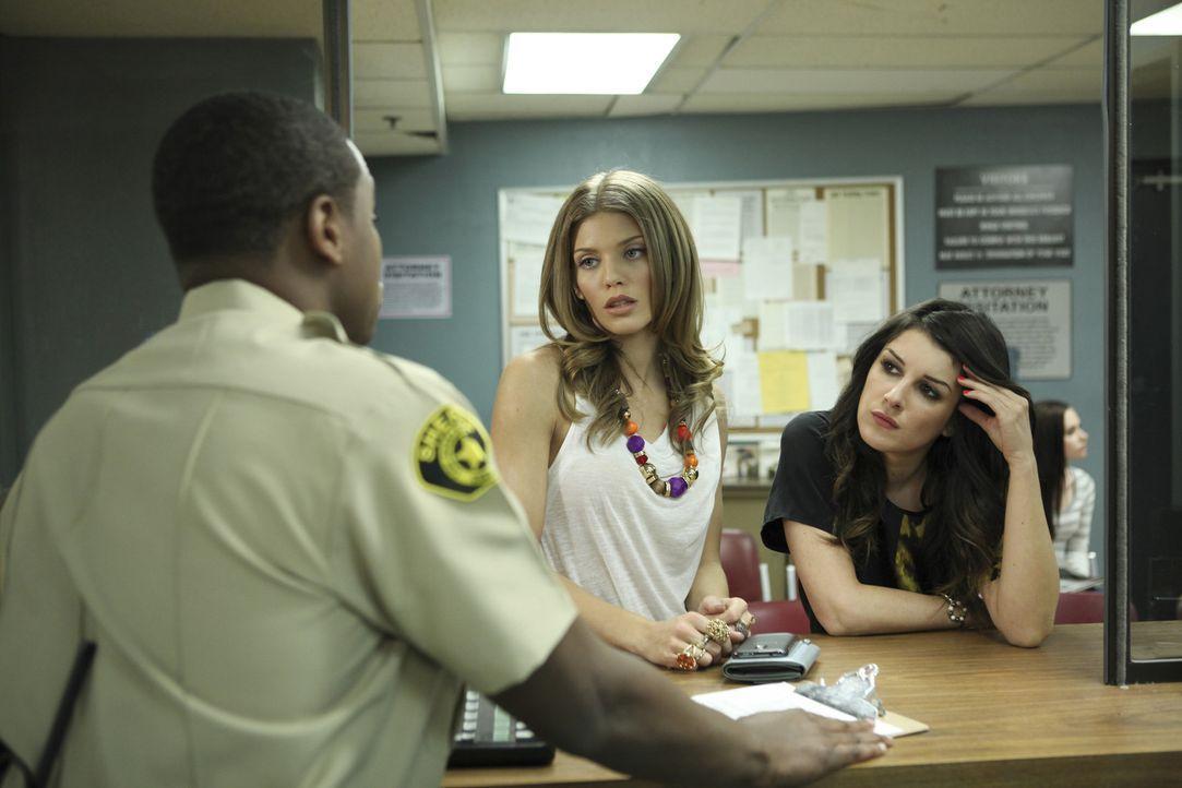 Naomi (AnnaLynne McCord, l.) und Annie (Shenae Grimes, r.) wollen ihren Halbbruder Mark aus dem Gefängnis holen. Ihm wurden Drogen in die Tasche ge... - Bildquelle: TM &   CBS Studios Inc. All Rights Reserved
