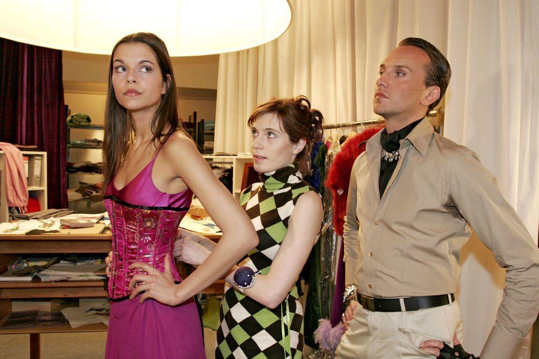 Hugo (Hubertus Regout, r.) ist bei der Vorbereitung der Fashion Show sowieso der Verzweiflung nahe - und nun zickt auch noch das Topmodel (Susan Hoe... - Bildquelle: Noreen Flynn SAT.1 / Noreen Flynn