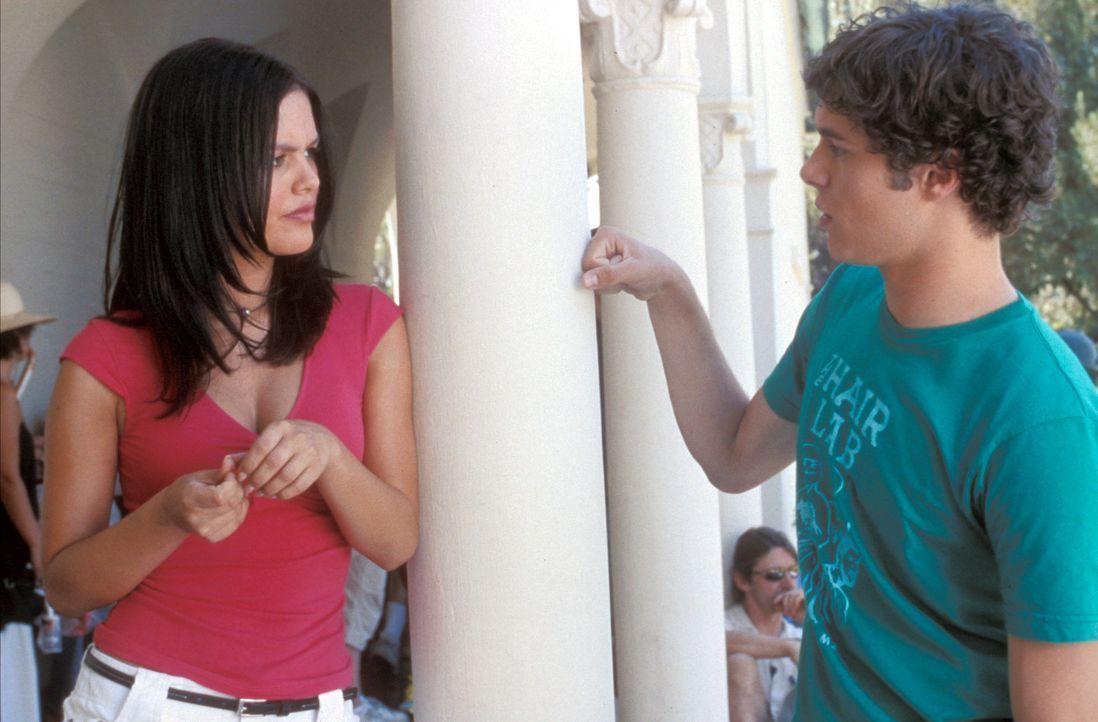 Auf dem Schulgelände treffen Seth (Adam Brody, r.) und Summer (Rachel Bilson, l.) aufeinander und unterhalten sich über die schlimmen Ereignisse ... - Bildquelle: Warner Bros. Television