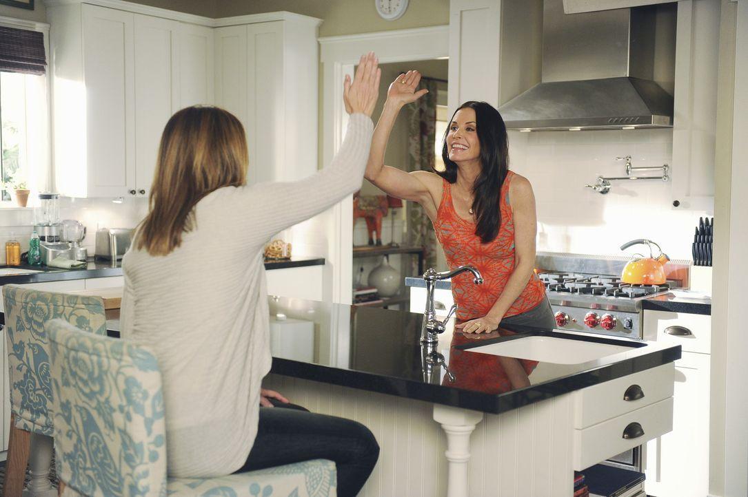 Ellie (Christa Miller, l.) beschließt aktiv zu werden und Jules (Courteney Cox, r.) knallhart zu sagen, dass sie aufhören soll, so anhänglich zu... - Bildquelle: 2010 ABC INC.