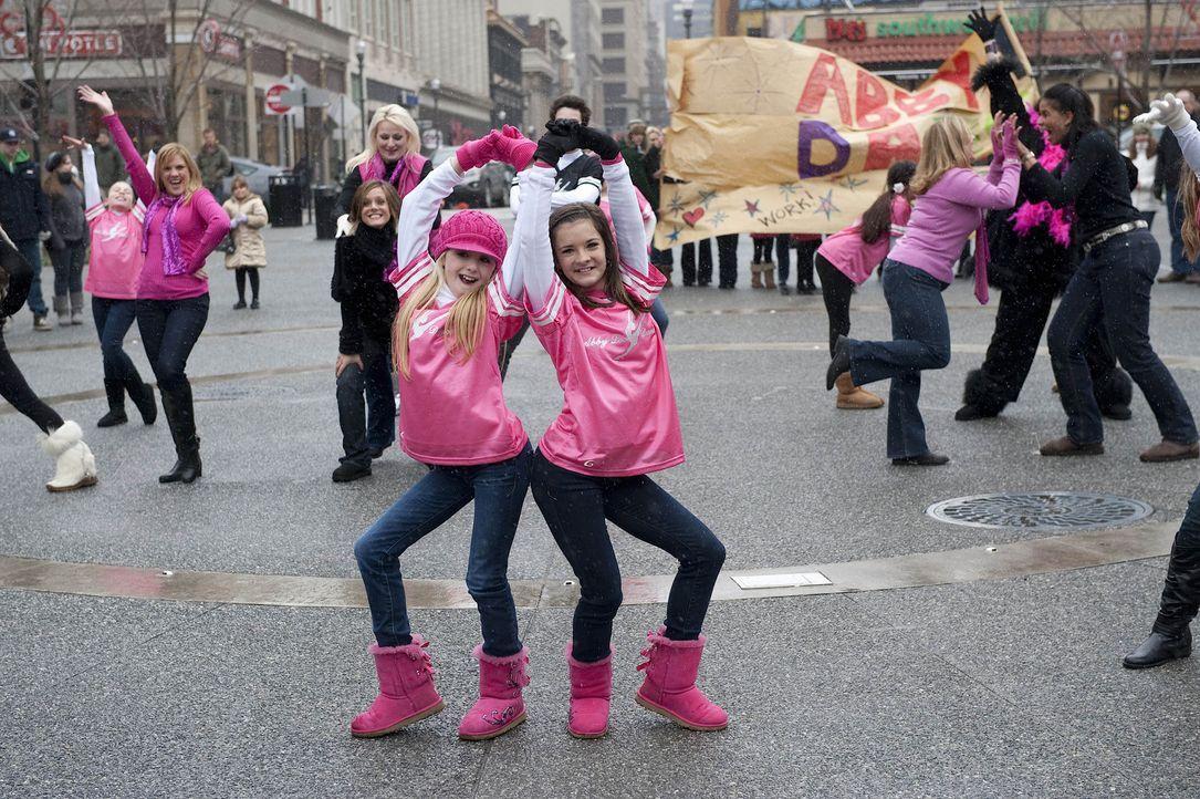 Bei jedem Auftritt geben Chloe (l.) und Brooke (r.) ihr Bestes ... - Bildquelle: Scott Gries 2012 A+E Networks