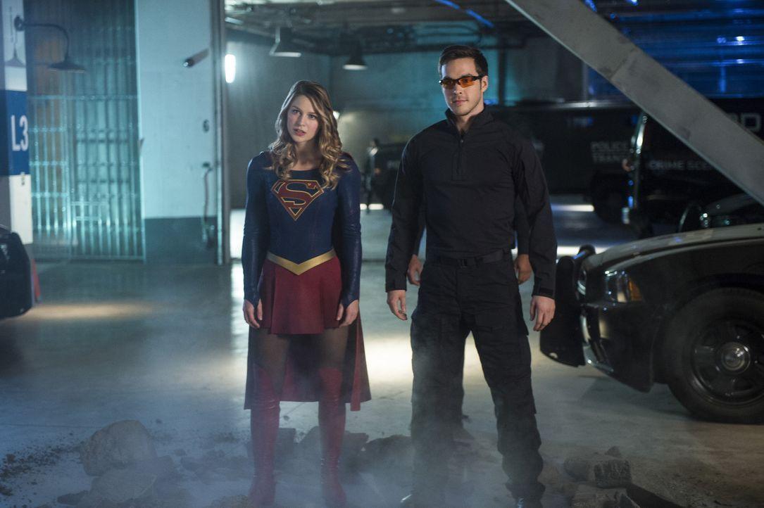 Supergirl (Melissa Benoist, l.) und Mon-El (Chris Wood, r.) müssen die ausgebrochene Livewire zurück ins Gefängnis bringen, aber dann läuft etwas sc... - Bildquelle: 2016 Warner Bros. Entertainment, Inc.