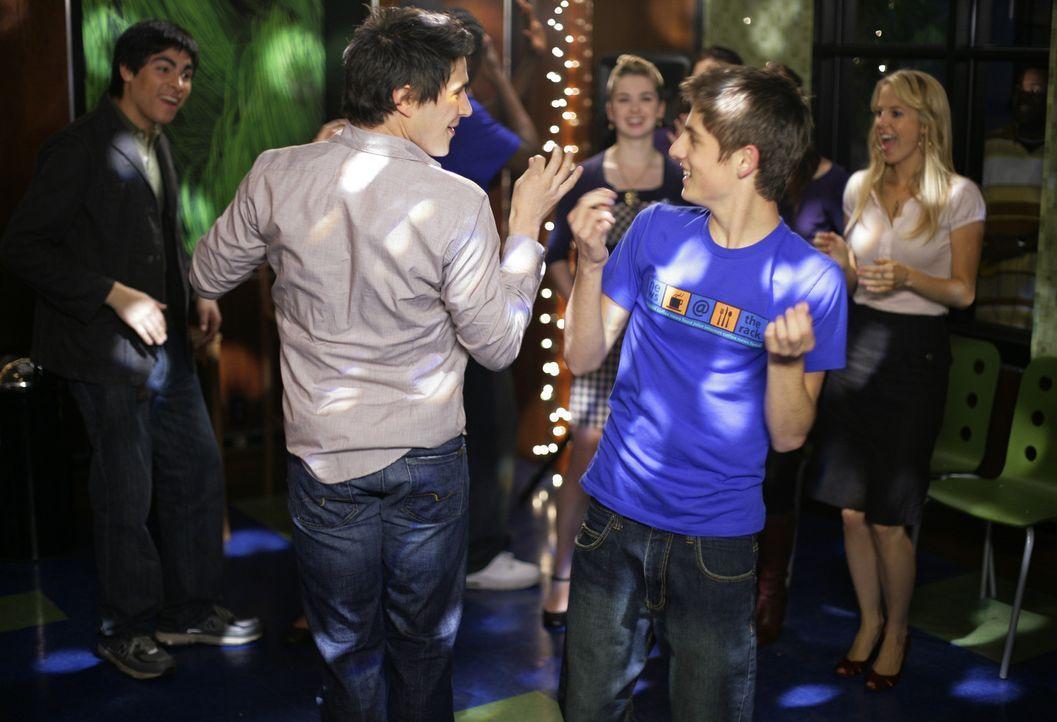 Die Party ist in vollem Gang: Josh (Jean-Luc Bilodeau, r.) und Kyle (Matt Dallas, l.) genießen die ausgelassene Stimmung am Schulball. - Bildquelle: TOUCHSTONE TELEVISION