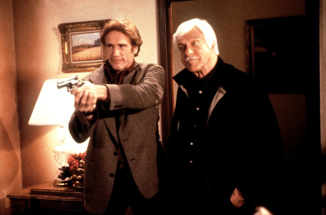 Steve (Barry Van Dyke, l.) und Mark (Dick Van Dyke, r.) haben den Mörder gestellt ... - Bildquelle: Viacom