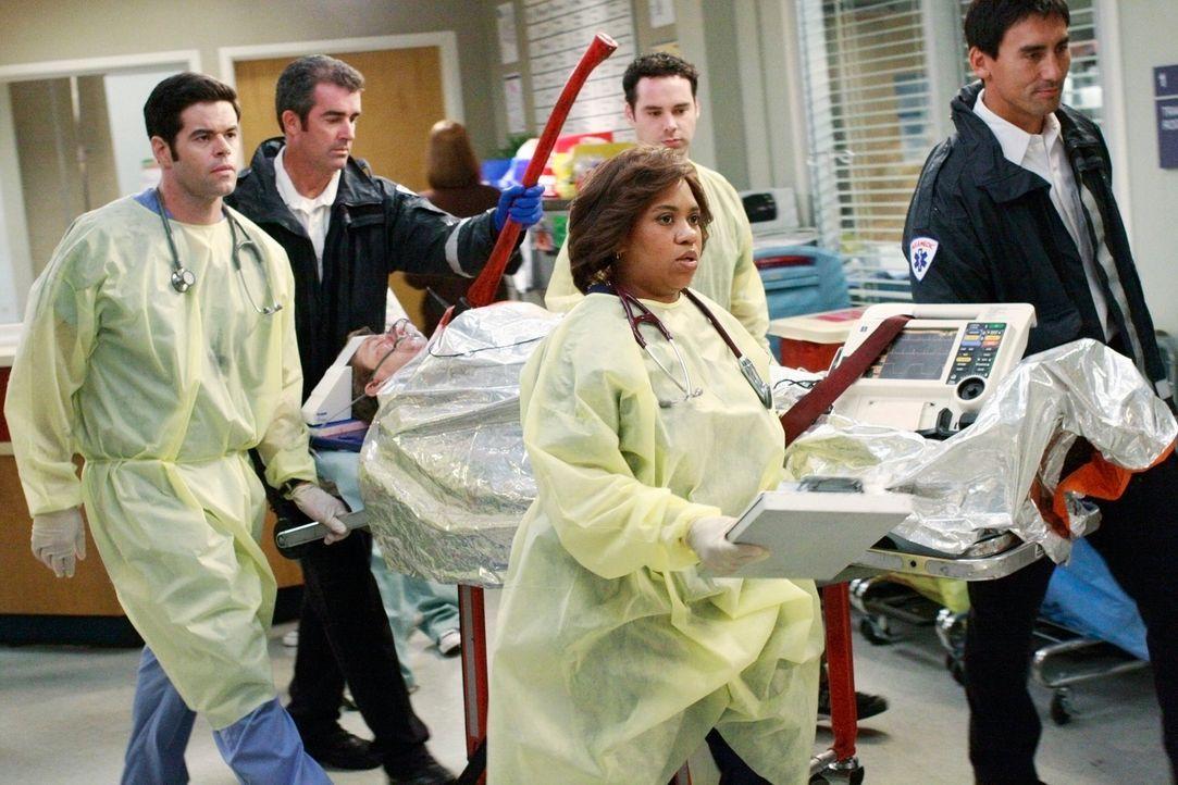 Kümmern sich um einen schwerverletzten Patienten: Dr. Charles Percy (Robert Baker, l.) und Bailey (Chandra Wilson, 2.v.r.) ... - Bildquelle: Touchstone Television