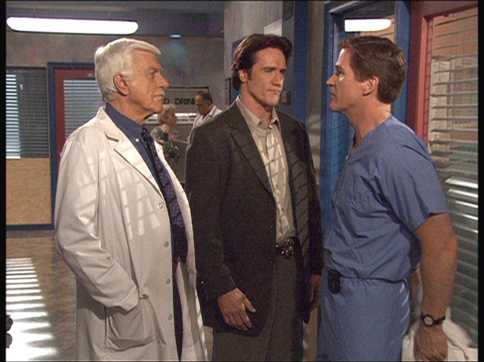Im Krankenhaus nehmen Mark (Dick Van Dyke, l.) und Steve (Barry Van Dyke, M.) einen Pfleger unter die Lupe. - Bildquelle: Viacom