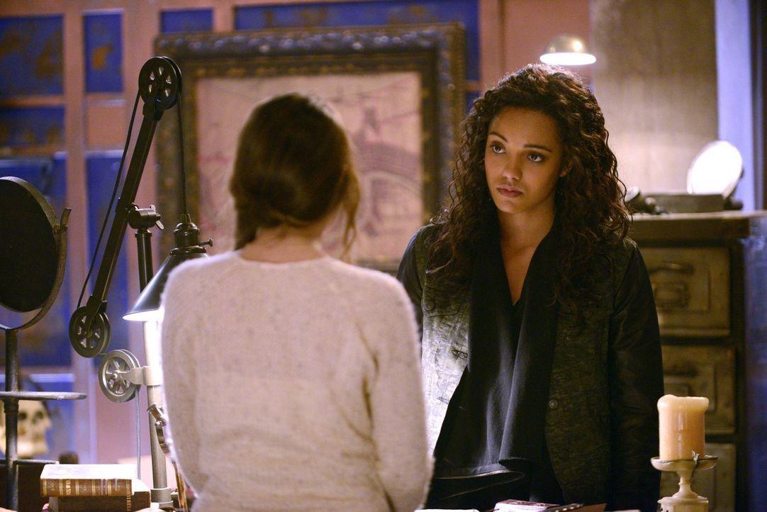 Kann und will Davina (Danielle Campbell, l.) Rebekah (Maisie Richardson-Sellers) helfen, nicht vollkommen die Kontrolle über ihr Leben zu verlieren? - Bildquelle: Warner Bros. Entertainment, Inc
