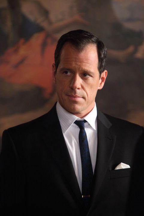Maggie bekommt von George Broyles (Darren Pettie) ein unmoralisches Angebot, das sie nur schwer ablehnen kann ... - Bildquelle: 2011 Sony Pictures Television Inc.  All Rights Reserved.