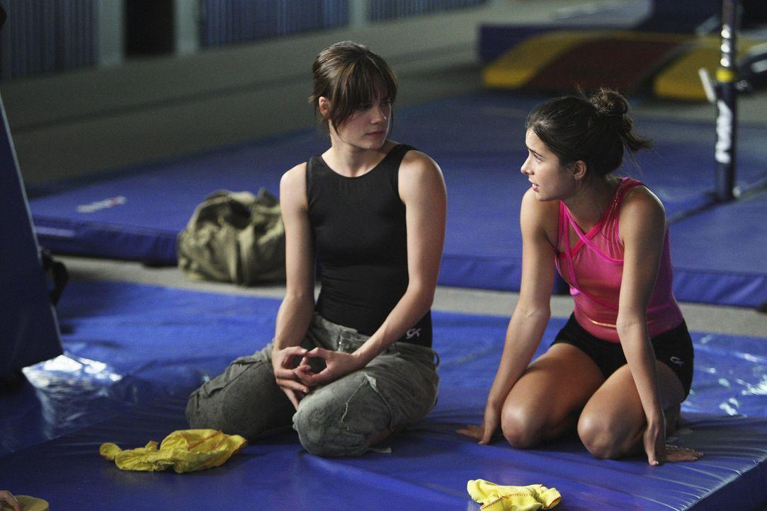 Emily (Chelsea Hobbs, l.) erzählt Kylie (Josie Loren, r.), dass sie eigentlich zur Arbeit in die Pizzeria müsste ... - Bildquelle: 2009 DISNEY ENTERPRISES, INC. All rights reserved. NO ARCHIVING. NO RESALE.