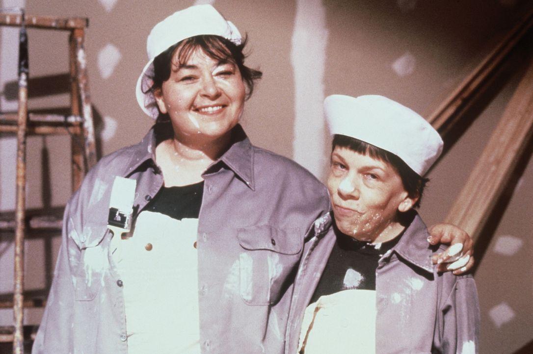 Mit der Hilfe ihrer Freundin Hooper (Linda Hunt, r.) baut sich die von ihrem Mann verlassene, verunsicherte Ruth (Roseanne Barr, l.) ein neues Leben... - Bildquelle: 20th Century Fox