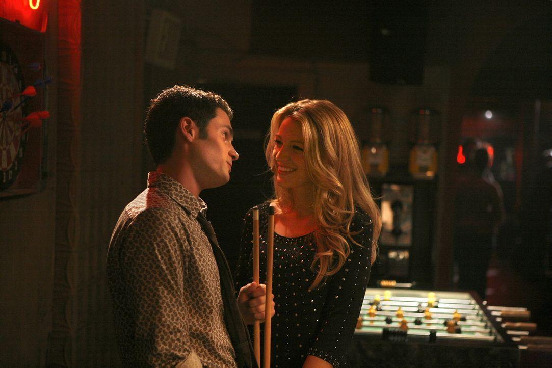 Ein Herz und eine Seele: Serena (Blake Lively, r.) und Dan (Penn Badgley, l.) genießen die gemeinsamen Stunden ... - Bildquelle: Warner Brothers
