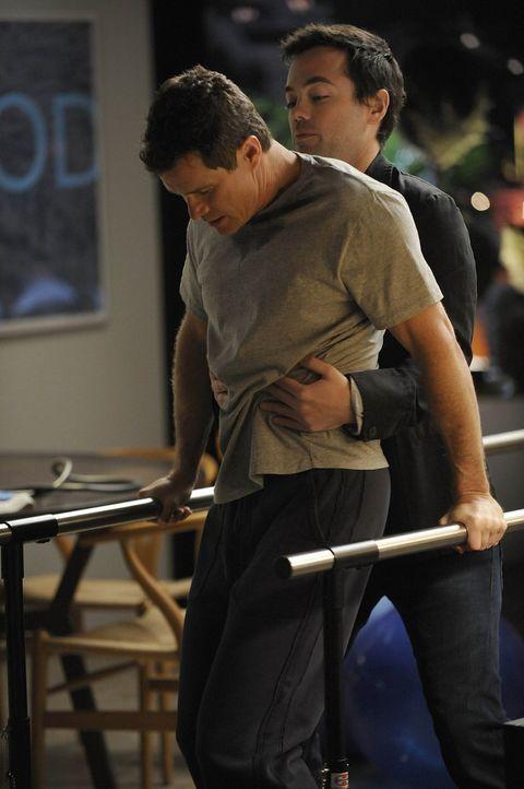 Matt (John Hensley, hinten) steht seine Vater Sean (Dylan Walsh, vorne), der seit dem Angriff im Rollstuhl sitzt, bei ... - Bildquelle: Warner Bros. Entertainment Inc. All Rights Reserved.
