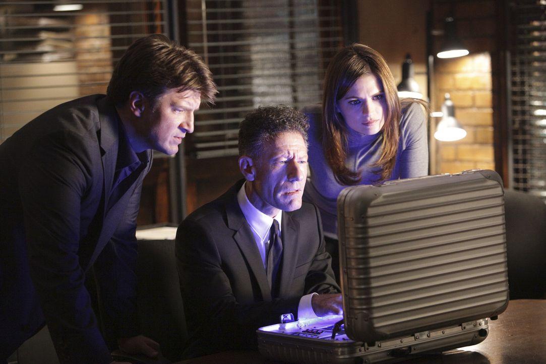 Castle (Nathan Fillion, l.) und Beckett (Stana Katic, r.) sind von den technischen Möglichkeiten, die der Agent der Regierung (Lyle Lovett, M.) hat,... - Bildquelle: 2010 American Broadcasting Companies, Inc. All rights reserved.