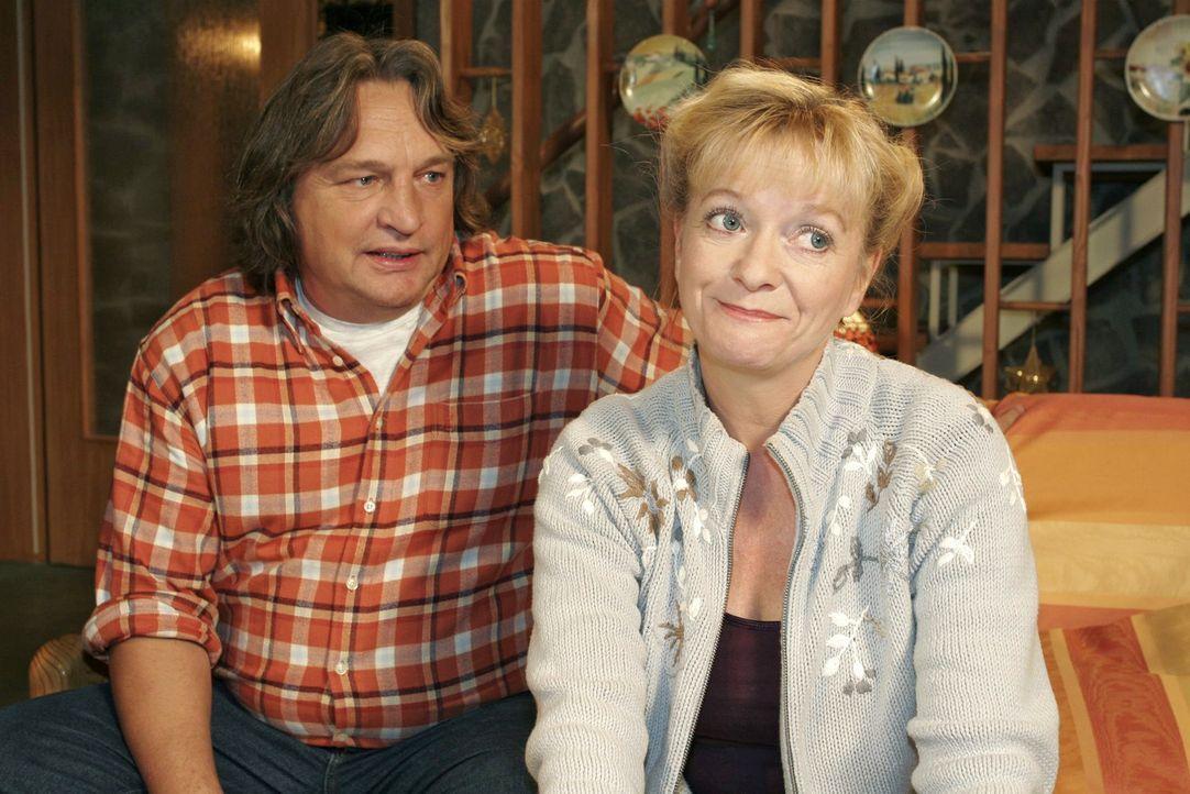 Bernd (Volker Herold, l.) und Helga (Ulrike Mai, r.) machen sich Gedanken um Agnes. - Bildquelle: Noreen Flynn SAT.1 / Noreen Flynn