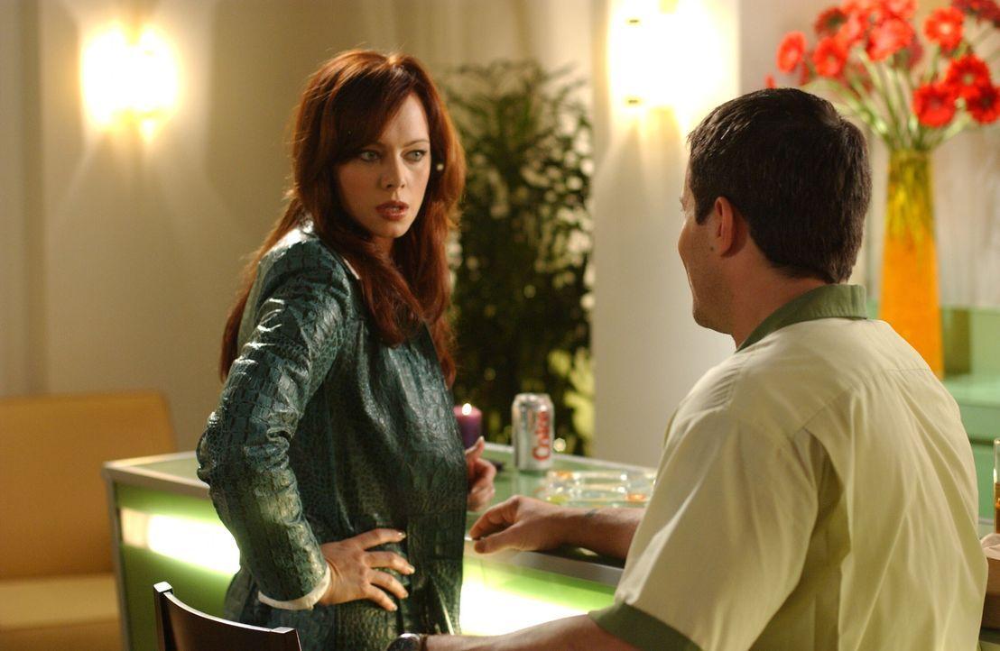 Julie (Melinda Clarke, l.) hat großen Kummer, denn Lance (Johnny Messner, r.), ein Freund aus alten Zeiten, taucht überraschend auf und setzt sie... - Bildquelle: Warner Bros. Television