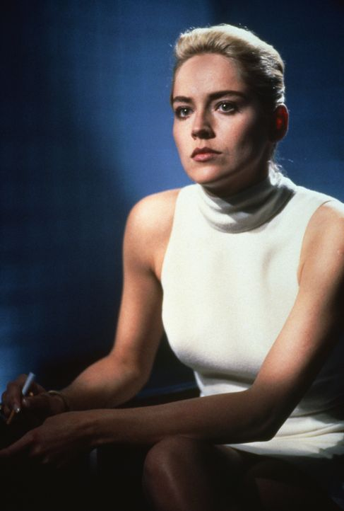 Weil sie den Tathergang des Mordes exakt in einem ihrer Romane beschrieben hat, wird die Schriftstellerin Catherine Tramell (Sharon Stone) verdächti... - Bildquelle: 1992 Carolco Pictures Inc. and Le Studio Canal+ S.A. All Rights Reserved.