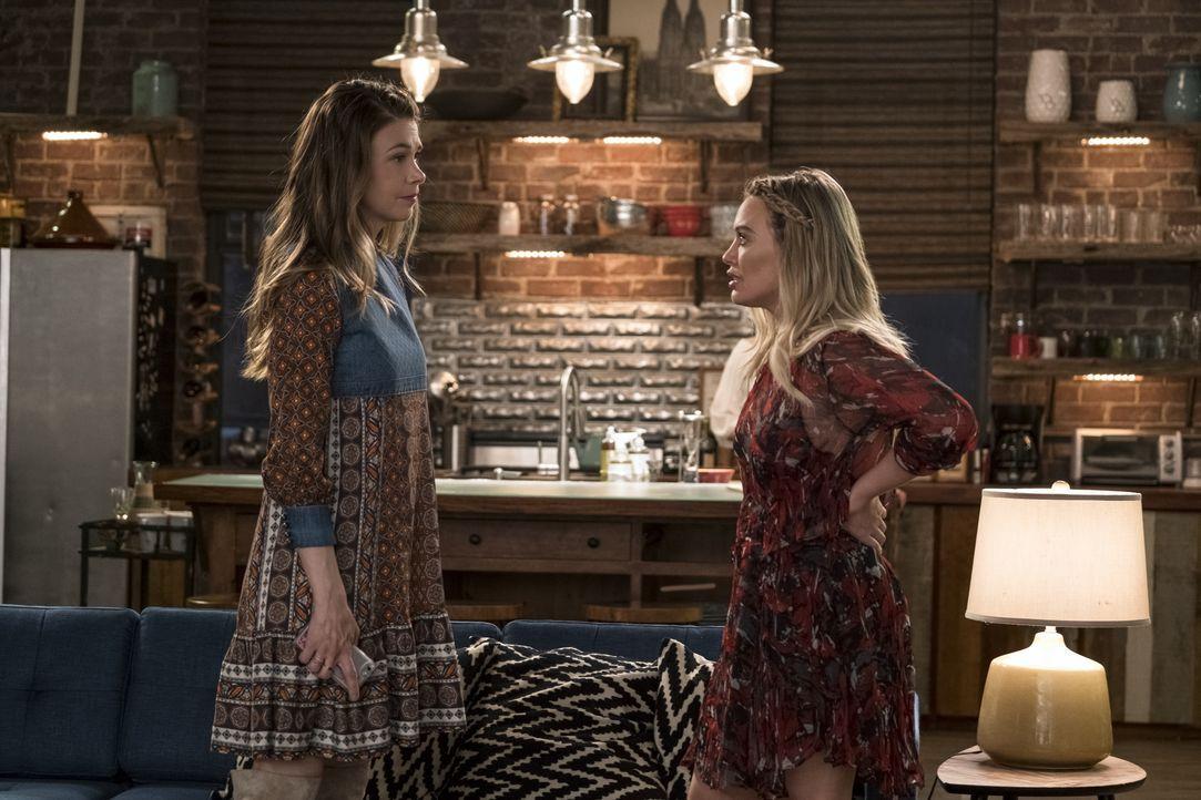Liza (Sutton Foster, l.); Kelsey (Hilary Duff, r.) - Bildquelle: Hudson Street Productions Inc 2017