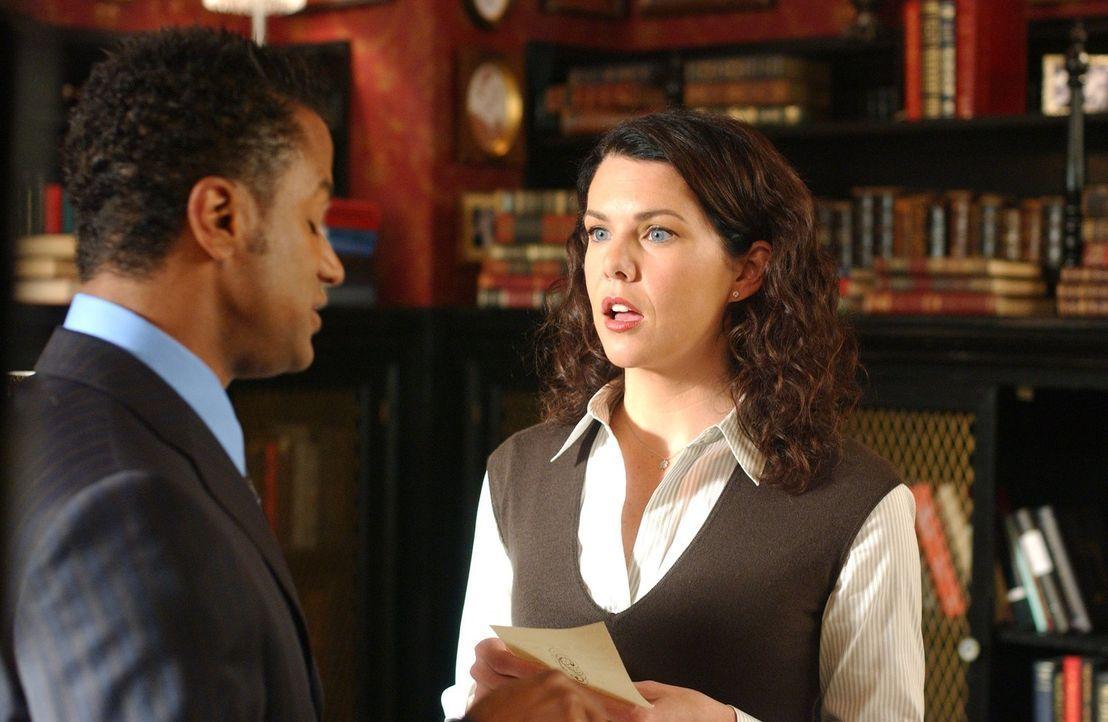 Das Verhalten von Bürgermeister Taylor geht Lorelai (Lauren Graham, r.) und ihren Freunden Michel (Yanic Truesdale, l.), Sookie und Jackson ziemlich... - Bildquelle: 2004 Warner Bros.