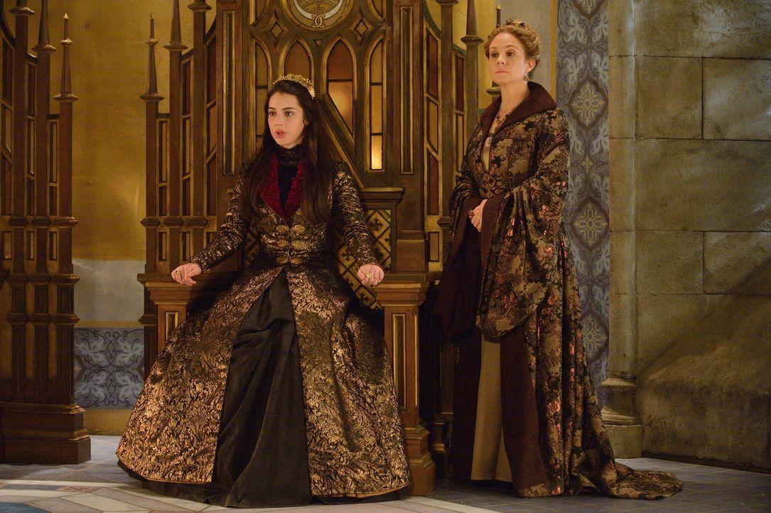 Ein Überfall der Protestanten auf das Schloss lässt Mary (Adelaide Kane, l.) und Catherine (Megan Follows, r.) enger zusammenstehen ... - Bildquelle: Ben Mark Holzberg 2014 The CW Network, LLC. All rights reserved.