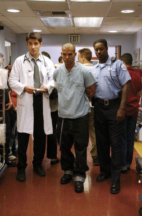 Nach der erfolgreichen Behandlung kann Dr. Kovac (Goran Visnjic, l.) den eiskalten Auftragskiller Ricky (M.) an die Polizei übergeben ... - Bildquelle: TM+  2000 WARNER BROS.