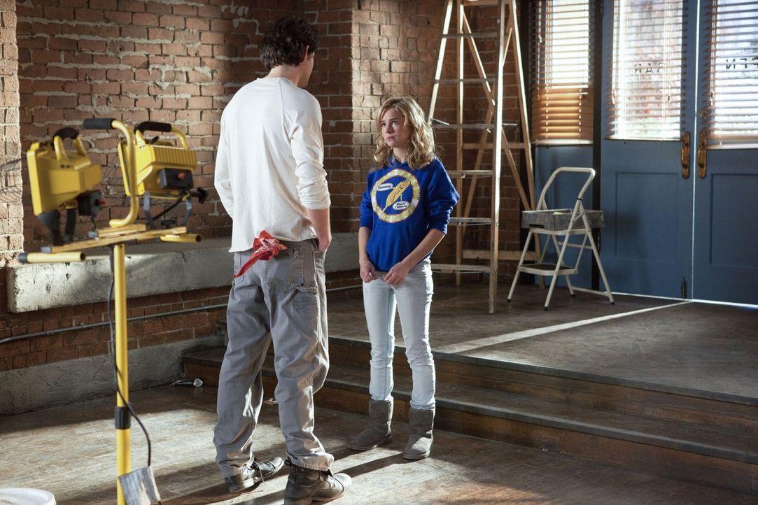 Lux (Britt Robertson, r.) erkennt, dass es an der Zeit ist, sich bei Baze (Kristoffer Polaha, l.) für alles, was er für sie getan hat, zu bedanken .... - Bildquelle: The CW   2010 The CW Network, LLC. All Rights Reserved