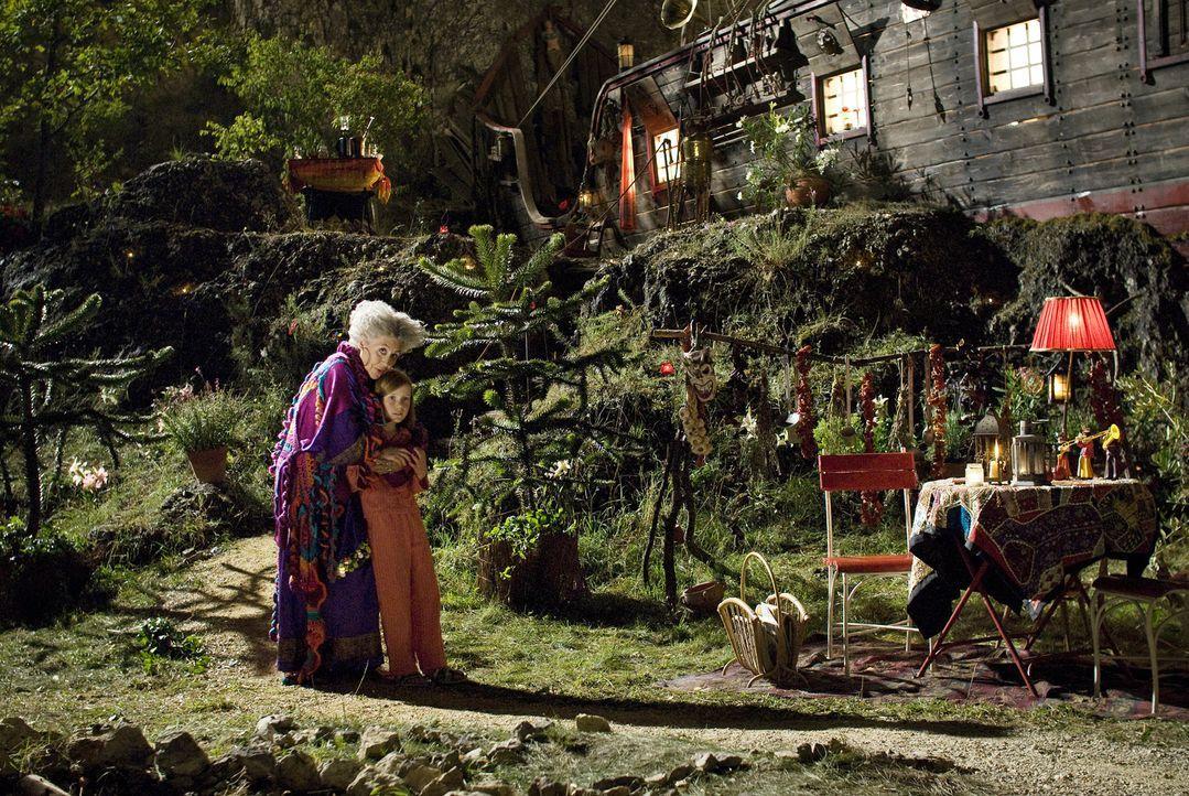 Die alte Hexe Surulunda (Pilar Bardem, l.) liegt im ewigen Streit mit dem fiesen Zauberer Hieronymus, der unbedingt ihr magisches Buch haben will, u... - Bildquelle: Marco Nagel Disney