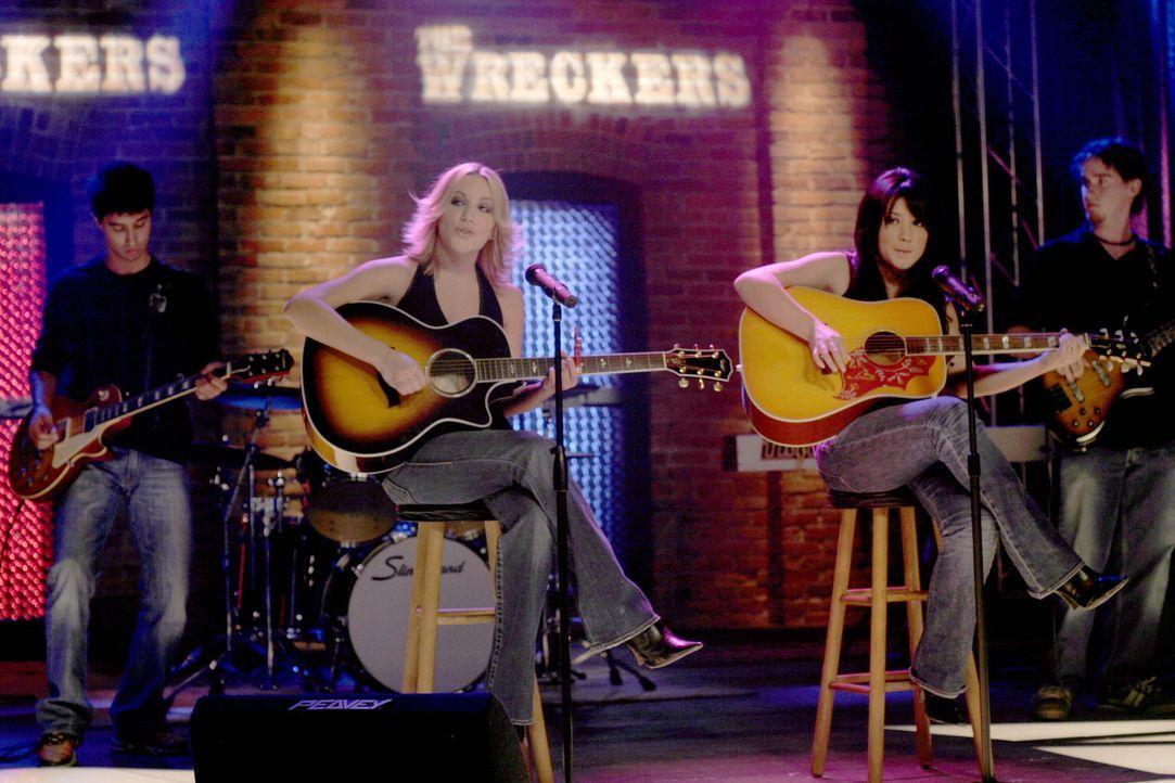 """Im Tric legen """"The Wreckers"""" (Michelle Branch, M.r. und Jessica Harp, M.l.) einen grandiosen Auftritt hin ... - Bildquelle: Warner Bros. Pictures"""
