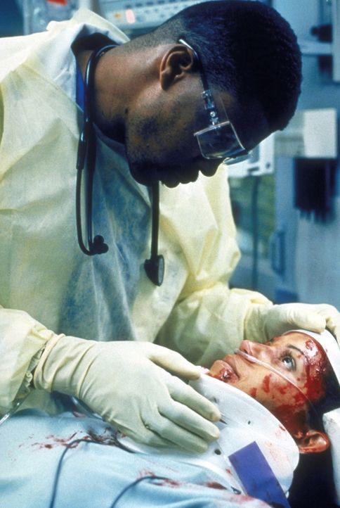 Dr. Benton (Eriq LaSalle) bemüht sich um eins der zahlreichen Opfer des Schulbusunfalles ... - Bildquelle: TM+  2000 WARNER BROS.