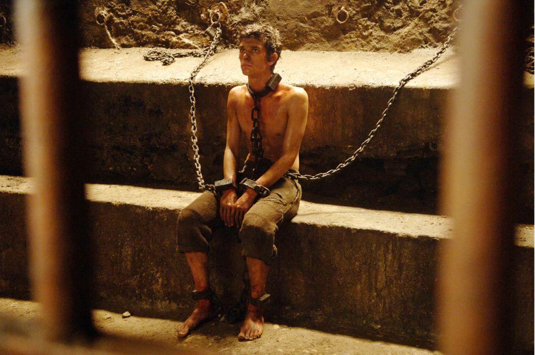 Den in Ketten gelegten Grenouille (Ben Whishaw) werden mehrere Frauenmorde zur Last gelegt. Nun soll ihm das Grauen, das er seinen Opfern antat, sel... - Bildquelle: Constantin Film Verleih GmbH