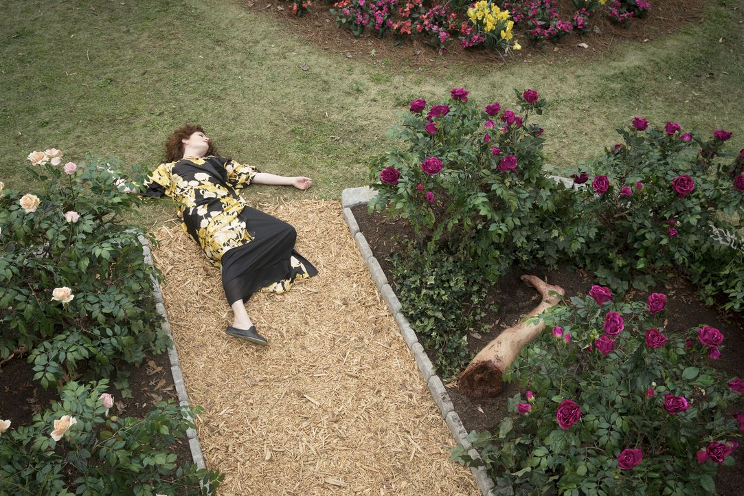 Evelyn (Rebecca Wisocky) macht in ihrem Rosengarten eine schockierende Entdeckung ... - Bildquelle: Bob Mahoney 2015 American Broadcasting Companies, Inc. All rights reserved.