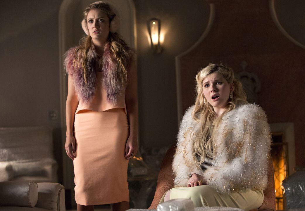 Chanel #3 (Billie Lourd, l.) und Chanel #5 (Abigail Breslin, r.) sind immer wieder geschockt, wie weit Chanel für ihre eigenen Ziele geht ... - Bildquelle: 2015 Fox and its related entities.  All rights reserved.