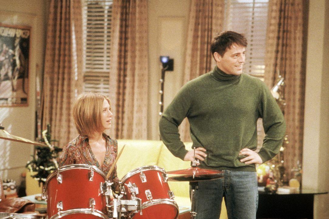 Joey (Matt LeBlanc, r.) übt mit Rachel (Jennifer Aniston, l.) einen Song auf seinem neuen Schlagzeug ein ... - Bildquelle: TM+  2000 WARNER BROS.