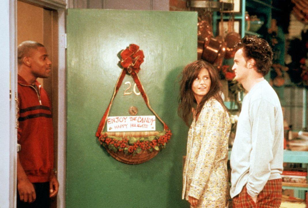 Chandler (Matthew Perry, r.) ist genervt: Ständig steht ein Hausbewohner vor der Tür, der Monica (Courteney Cox, M.) um einige ihrer köstlichen P... - Bildquelle: TM+  2000 WARNER BROS.