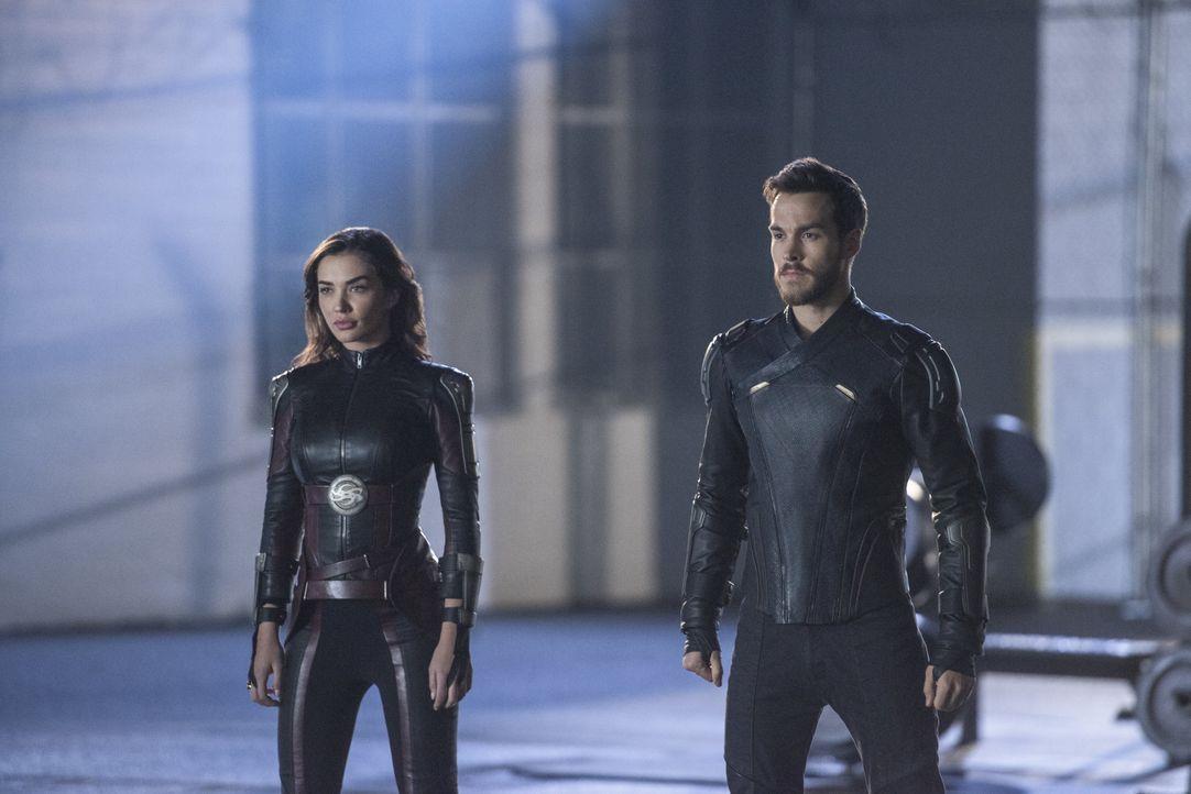 Werden sich Imra (Amy Jackson, l.) und Mon-El (Chris Wood, r.) tatsächlich aus dem Kampf gegen Reign heraushalten, um den Lauf der Zeit nicht zu ver... - Bildquelle: 2017 Warner Bros.