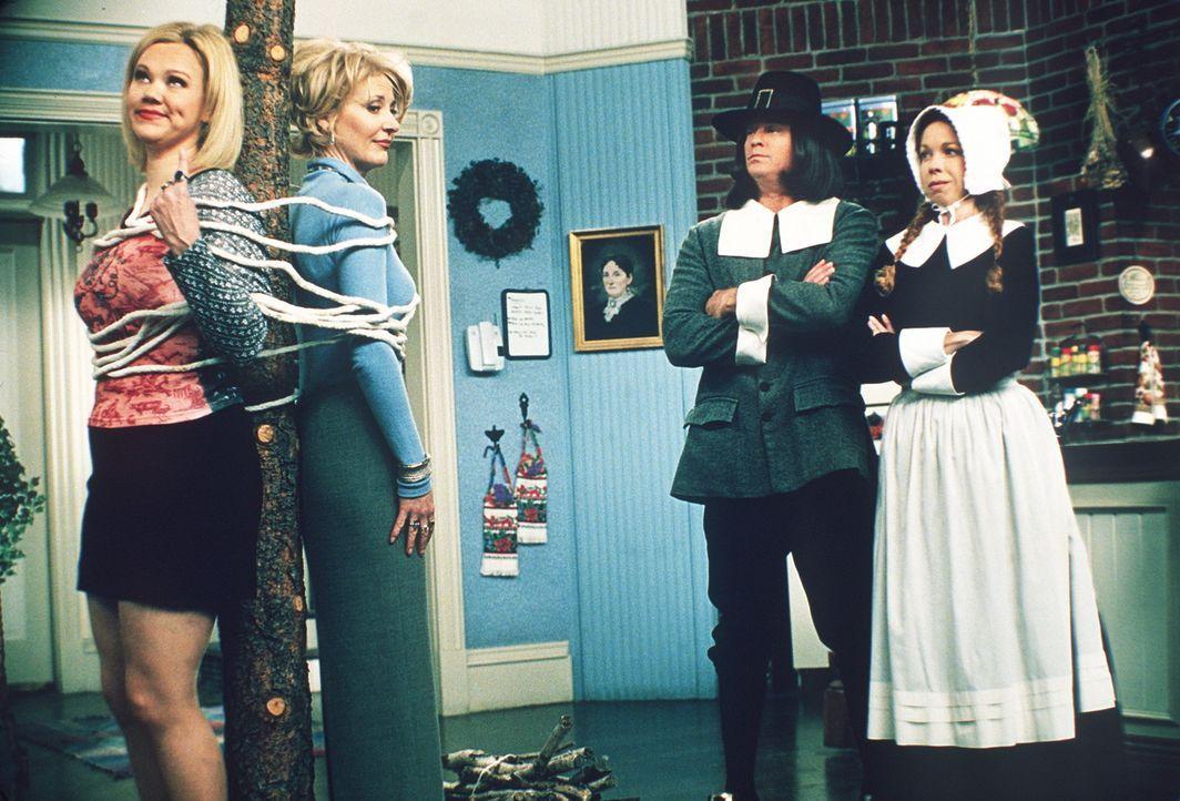 (v.l.n.r.) Hilda (Caroline Rhea) und Zelda (Beth Broderick) bekommen Ärger mit den Pilgern John (Christopher Rich) und Mary (Jennifer Butt), die He... - Bildquelle: Paramount Pictures