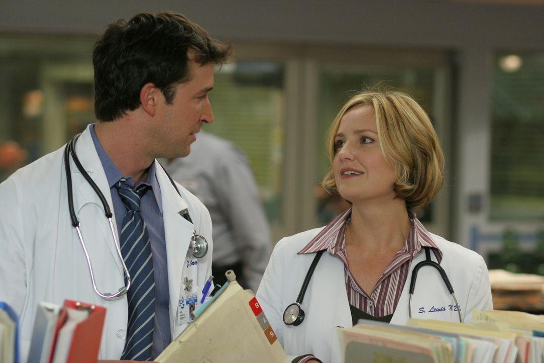 Carter (Noah Wyle, l.) teilt Susan (Sherry Stringfield, r.) seinen Entschluss mit, das geplante Tagespflegezentrum für HIV-Kranke selbst zu finanzie... - Bildquelle: WARNER BROS