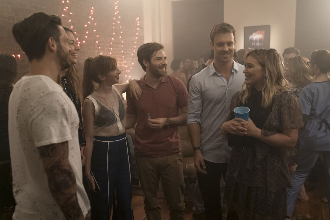 (v.l.n.r.) Josh (Nico Tortorella); Liza (Sutton Foster); Lauren (Molly Bernard); Max (Ben Rappaport); Lucas (Sean Kleier); Kelsey (Hilary Duff) - Bildquelle: Hudson Street Productions Inc 2016