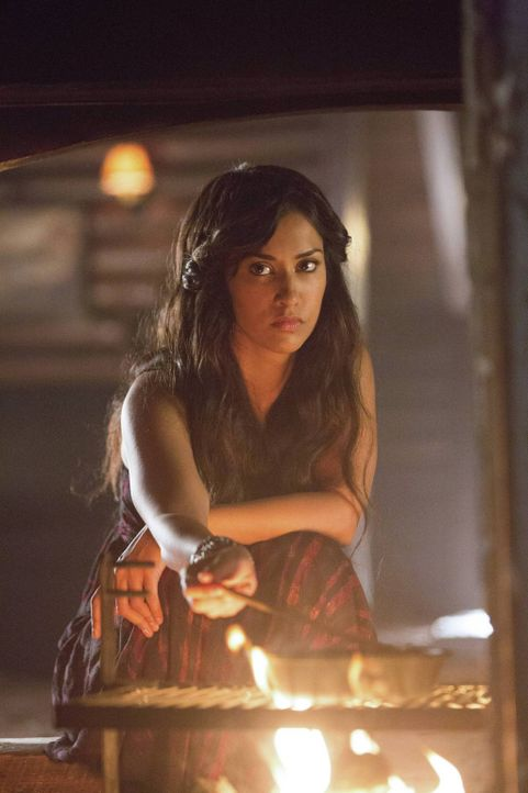 Tessa (Janina Gavankar) hat Bonnies Zauber genutzt, um zurück in die Welt der Lebenden zu treten ... - Bildquelle: Warner Brothers
