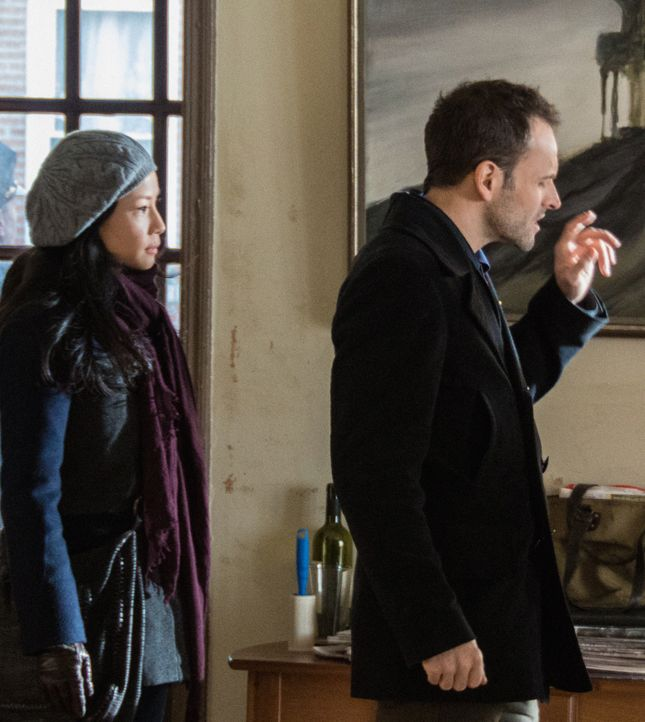 Während sich Sherlock Holmes (Jonny Lee Miller, r.) auf die Spuren des unberechenbaren Kriminellen Martin Ennis begibt, hat Joan Watson (Lucy Liu, l... - Bildquelle: CBS Television
