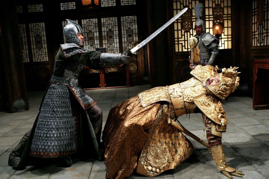 Prinz Jai (Jay Chou, l.) und sein Vater, Kaiser Ping (Yun Fat Chow, r.), führen einen blutigen Kampf um den Thron … - Bildquelle: TOBIS Film
