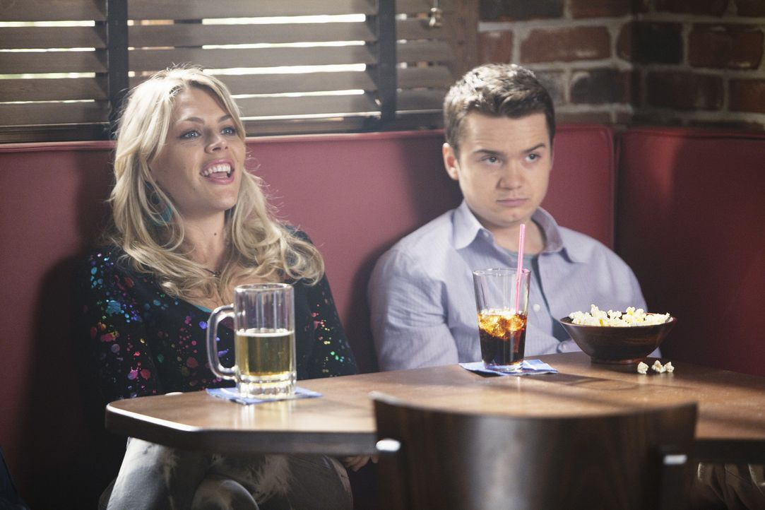 Während Jules und Grayson überlegen, wie sie Bobby die Wahrheit über sagen können, bekommt Travis (Dan Byrd, r.) von Laurie (Busy Philipps, l.)... - Bildquelle: 2009 ABC INC.