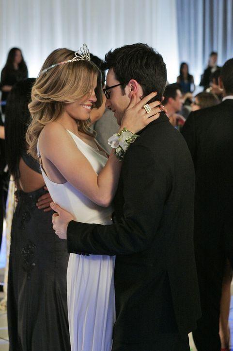 Amüsieren sich auf dem Abschlussball der West Beverly High: Naomi (AnnaLynne McCord, l.) und Max (Josh Zuckerman, r.) - Bildquelle: 2011 The CW Network. All Rights Reserved.