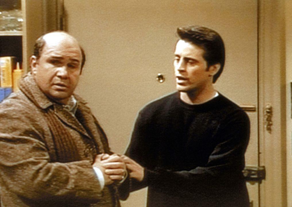 Joey (Matt LeBlanc, r.) versucht, seinem Vater (Robert Costanzo, l.) zu erklären, dass er sich von seiner Geliebten trennen muss, was Daddy aber ü... - Bildquelle: TM+  2000 WARNER BROS.