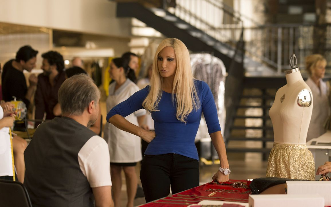 Der erfolgreiche italienische Designer Gianni Versace (Enrico Colantoni, l.) wird im Alter von 50 Jahren vor seiner Villa erschossen. Daraufhin über... - Bildquelle: 2013 Lifetime Entertainment Services, LLC. All rights reserved.