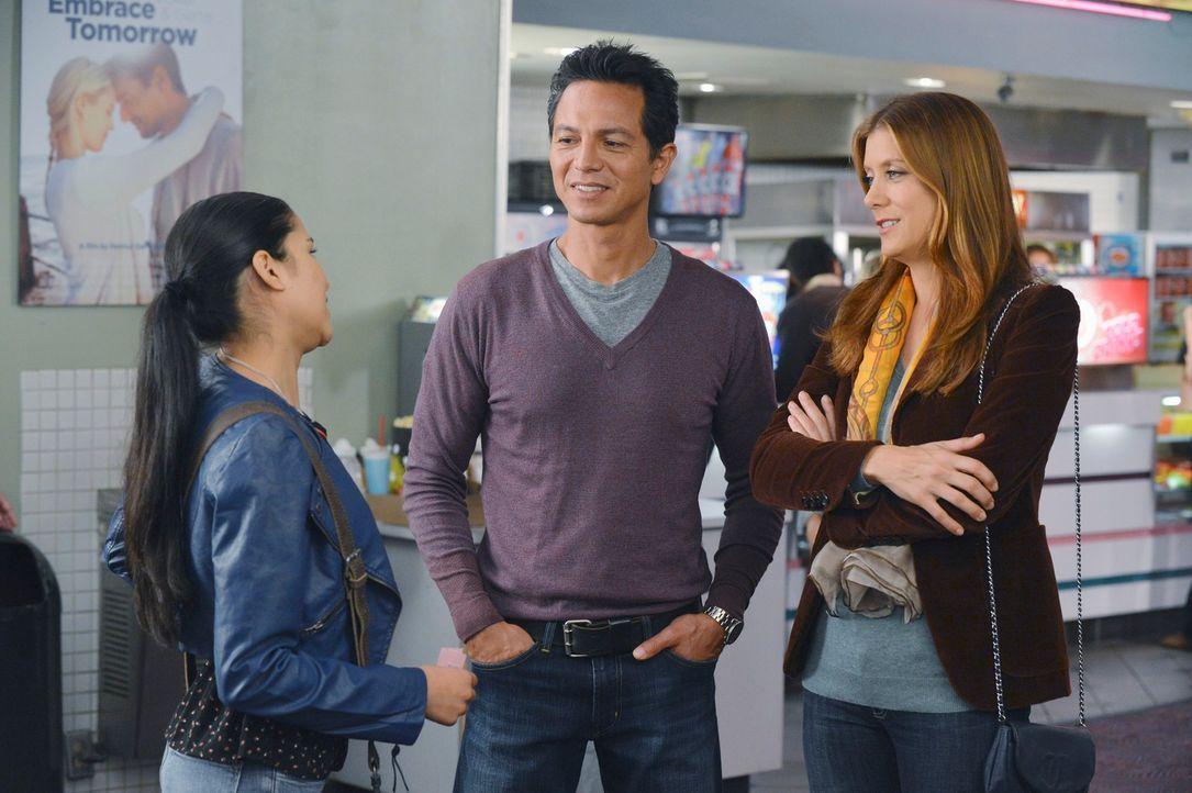 Angela (Emily Rios, l.) hat eine besondere Überraschung für ihren Vater Jake (Benjamin Bratt, M.) und Addison (Kate Walsh, r.) ... - Bildquelle: ABC Studios