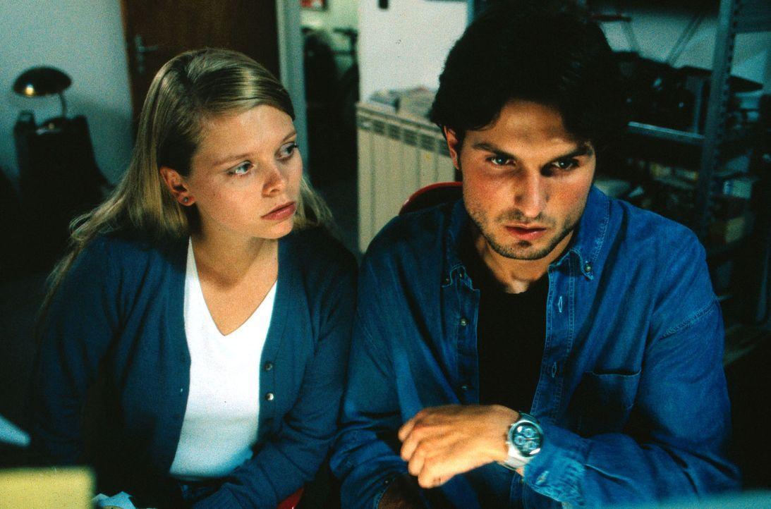 Gemeinsam mit ihrem Nachbarn Sven (Simon Verhoeven, r.) will Natalie (Anne Sophie Briest, l.) das Verschwinden von Miriam aufklären ... - Bildquelle: Sat.1